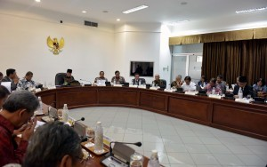 President Jokowi chairs a Limited Meeting on Priority Programs in Aceh Province, attended by Aceh Governor Irwandi Yusuf, at the Presidential Office, Jakarta, on Tuesday (11/7) afternoon. (Photo: JAY/PR)