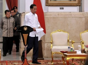 President Jokowi, followed by Vice President and Cabinet Secretary, enters the State Palace to lead Plenary Cabinet Meeting, Monday (24/7) morning (Photo: Agung/PR)