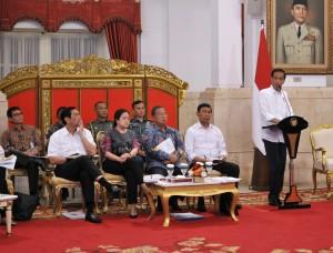 Presiden Jokowi menyampaikan pengantar pada Sidang Kabinet Paripurna, di Istana Merdeka, Jakarta, Senin (24/7) pagi. (Foto: Agung/Humas)