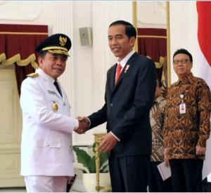 Presiden Jokowi menyambut kedatangan Gubernur Aceh Irwandi Yusuf, di Istana Merdeka, Jakarta, Selasa (11/7) siang. (Foto: OJI/Humas)