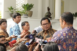 Cabinet Secretary answers the reporters' questions after accompanying President Jokowi to receive the Swiss economic delegation, at the Bogor Presidential Palace, West Java, Friday (14/7) morning. (Photo: PR/Dinda)