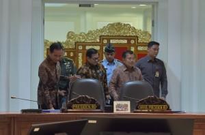 Presiden Jokowi, diikuti Wapres dan Seskab, bersiap melakukan rapat terbatas, di Kantor Presiden, Jakarta, Selasa (25/7) siang. (Foto: JAY/Humas)