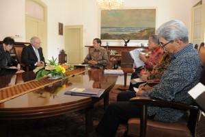Presiden Jokowi menerima Tim Ekonomi Swiss yang dipimpin oleh  Menteri Ekonomi, Pendidikan dan Riset Swiss Johann N. Schneider-Ammann  di Istana Bogor, Jawa Barat, Jumat (14/7). (Foto: Humas/Dinda)