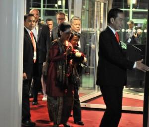 Presiden Jokowi didampingi Ibu Negara Iriana Joko Widodo saat tiba di Hotel Steigenberger, tempatnya menginap selama berada di Hamburg, Jerman, Kamis (6/7) malam waktu setempat.