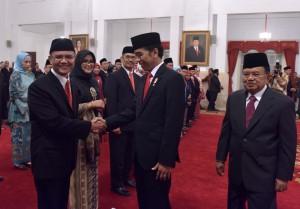 Presiden Jokowi diikuti Wapres Jusuf Kalla memberikan ucapan selamat kepada Dewan Pengawas dan Anggota BPKH yang baru dilantiknya, di Istana Negara, Jakarta, Rabu (26/7) pagi. (Foto: JAY/Humas)