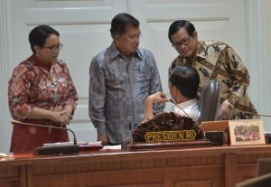 President Jokowi along with Vice President, Cabinet Secretary and Foreign Affairs Minister attends a Limited Meeting on the Procurement of alutsista, at the Presidential Office, Jakarta, Wednesday (26/7) afternoon. (Photo: Rahmat/PR)