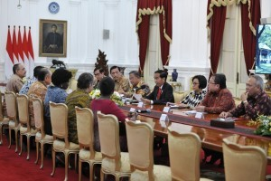 President Jokowi, accompanied by a number of ministers, hosts President of the World Bank Jim Yong Kim and his delegates at the Merdeka Palace, Jakarta, Wednesday (26/7). (Photo by: Public Relations Division/Deni)