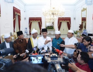 President Jokowi gives a press statement after receiving the Association of Indonesian Batak Muslim on Thursday (10/8), at the Merdeka Palace, Jakarta