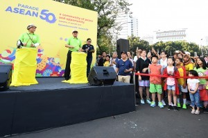 Foreign Affairs Minister Retno Marsudi opens the ASEAN 50 Parade on Sunday (27/8), in Jakarta