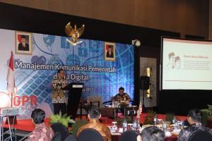 """Seskab Pramono Anung saat tampil pada FGD) """"Tantangan dan Pendekatan Komunikasi Publik di Era Digital"""", di Bandung, Selasa (22/8) pagi. (Foto: Edi N./Humas)"""