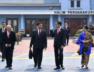 Presiden Jokowi didampingi Ibu Negara Iriana berbincang dengan Menko Polhukam dan Kepala Staf Kepresidenan, sebelum bertolak menuju Bandung, dari Bandara Halim Perdanakusuma, Jakarta, Selasa (8/8) siang. (Foto: Setpres)