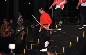 Presiden Jokowi sesaat sebelum melepaskan anak panah dalam acara hitung mundur pelaksanaan Asian Games ke-18 di Lapangan Monas, Jakarta, Jumat (19/8) malam. (Foto: Humas/Anggun)