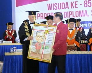 Cabinet Secretary Pramono Anung receives an award after delivering his scientific oration at the 85th Graduation Ceremony Period III of 2017 for Diploma, Graduate, and Post Graduate Programs at Malang Muhammadiyah University, East Java, Saturday (26/8) (Photo: PR/Deni)