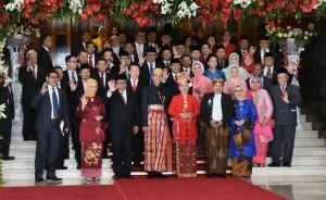 Presiden Jokowi dan Ibu Negara Iriana beserta Wapres Jusuf Kalla dan Ibu Mudifah mengenakan baju adat pada sidang paripurna MPR dan sidang bersama DPD-DPR, di Gedung Nusantara MPR/DPD/DPR, Jakarta, Rabu (16/8) siang. (Foto: JAY/Humas)
