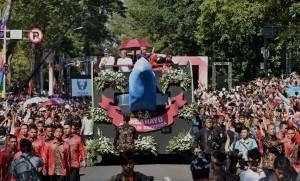 Presiden Jokowi dan Ibu Negara Iriana Karnaval Kemerdekaan Pesona Parahyangan, di Bandung, Sabtu (26/8). (Foto: Humas/Rahmat).