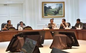Presiden Jokowi dalam Rapat Terbatas tentang Evaluasi Pelaksanaan Proyek Strategis Nasional dan Program Prioritas di Provinsi Sumatera Barat, di Kantor Presiden, Jakarta, Rabu (2/8). (Foto: Humas/Rahmat)