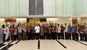 Waseskab didampingi Deputi Bidang Polhukam berfoto bersama peserta Diklat RLA LAN di Gedung III Lantai 1 Kementerian Sekretariat Negara, Selasa (29/8). (Foto: Humas/Jay)