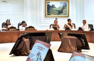 Presiden Jokowi saat memimpin Rapat Terbatas Tentang Evaluasi Pelaksanaan Proyek Strategis Nasional dan Program Prioritas di Provinsi Sulawesi Barat di Kantor Presiden, Rabu (2/8) . (foto: Humas/Rahmat)