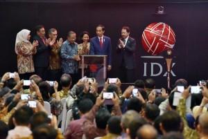 Presiden Jokowi saat menghadiri pencatatan perdana kontrak investasi kolektif di Gedung BEI, Jakarta, Kamis (31/8). (Foto: Humas/Jay)