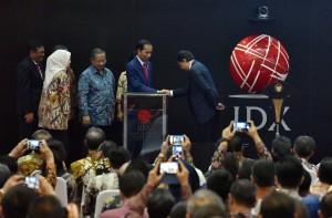 Presiden Jokowi memberikan ucapan selamat usai meresmikan pencatatan perdana kontrak investasi kolektif di Gedung BEI, Jakarta, Kamis (31/8). (Foto: Humas/Jay)