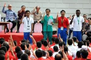Presiden Jokowi bersama mahasiswa saat menghadiri menghadiri acara Peluncuran Program Penguatan Pendidikan Pancasila di Istana Bogor, Sabtu (12/9). (Foto: Humas/Rahmat)