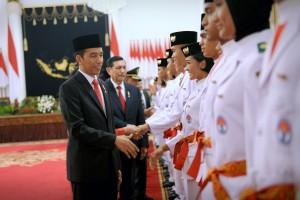 Presiden Jokowi memberikan selamat kepada Paskibraka yang telah dikukudkan di Istana Negara, Jakarta, Selasa (15/8). (Foto: Humas/Oji)