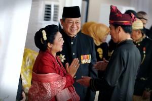 Presiden Jokowi berbincang dengan Presiden ke-6 SBY dalam acara Peringatan HUT ke-72 RI, di Istana Merdeka, Jakarta ( Foto: Humas/OJI)