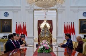 Presiden Jokowi menerima Menlu Malaysia di Istana Merdeka, Jakarta, Jumat (11/8). (Foto: Humas/Jay)
