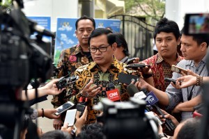 Cabinet Secretary Pramono Anung answers the reporters' questions after the Plenary Cabinet Meeting, at the State Palace Courtyard, Jakarta, Tuesday (29/8) afternoon. (Photo: PR/Jay).
