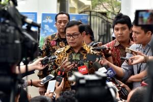 Seskab, Pramono Anung menjawab pertanyaan wartawan usai Sidang Kabinet Paripurna, di Halaman Istana Negara, Jakarta, Selasa (29/8) petang. (Foto: Humas/Jay).