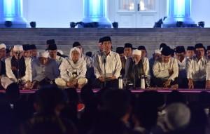 """Presiden Jokowi dan Wapres menghadiri Zikir Akbar Kebangsaan bertajuk """"Mensyukuri Nikmat Kemerdekaan"""" yang digelar di Halaman Istana Merdeka, Selasa (1/8). (Foto: Humas/Jay)"""