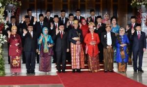 Presiden Jokowi didampingi Ibu Negara Iriana dan Wakil Presiden bersama Ibu Mufidah berfoto bersama pimpinan lembaga negara, di Gedung MPR/DPD/DPR, Jakarta, Rabu (16/8) siang. (Foto: Rahmat/Humas)