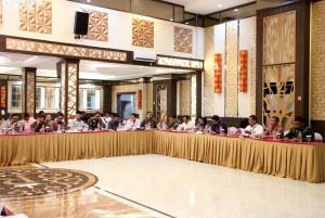 Suasana pertemuan Komisi II DPR RI dengan jajaran Pemprov dan instansi teknis di Maluku Utara, Selasa (1/8), di Royal's Resto & Functional Hall, Ternate. (Foto: Humas/Anggun)
