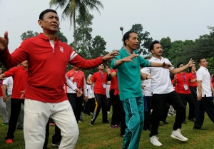 Presiden Jokowi didampingi Menko Polhukam dan artis Giring Nidji senam bersama peserta peluncuran Program Penguatan Pendidikan Pancasila di Istana Bogor, Jawa Barat, Sabtu (12/9) pagi. (Foto: Rahmat/Humas)