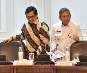 Seskab dan Gubernur Sulbar Ali Baal Masdar saat mengikuti Rapat Terbatas di Kantor Presiden, Jakarta, Rabu (2/8). (Foto: Humas/Rahmat)