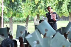 Presiden Jokowi saat menyerahkan 5.903 sertifikat untuk Provinsi Bali, di Lapangan Bajra Sandi Renon, Denpasar Selatan, Kota Denpasar, Bali, Jumat (4/8) siang. (Foto: Humas/Oji)
