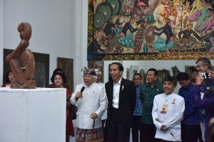Presiden Joko Widodo (Jokowi) didampingi Ibu Negara Iriana Joko Widodo mengunjungi Museum Seni Lukis Klasik Bali Nyoman Gunarsa, yang berlokasi di Klungkung, Bali, Jumat (4/8) sore. (Foto: Humas/OJI)