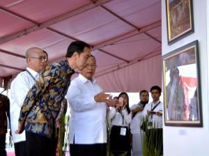 Presiden Jokowi saat meninjau Pameran Kemajuan Pembangunan Infrastruktur Indonesia, di Lapangan Silang Monumen Nasional, Jakarta Pusat, Minggu (27/8) sore. (Foto: Humas/Agung).