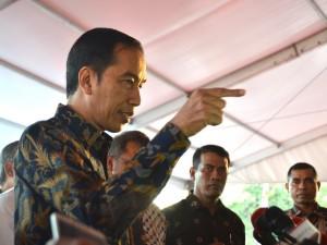 Presiden Jokowi menjawab pertanyaan wartawan usai meninjau Pameran Kemajuan Pembangunan Infrastruktur Indonesia, di Lapangan Silang Monas, Jakarta Pusat, Minggu (27/8) sore. (Foto: Humas/Agung)
