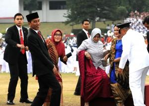 Presiden Jokowi berfoto bersama di Kampus IPDN Jatinangor, Jawa Barat, Selasa (8/8). (Foto: Humas/Rahmat)