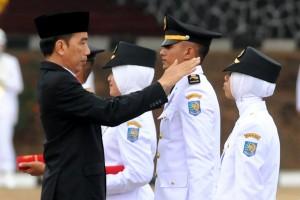 Presiden Jokowi melantik Pamong Praja Muda Lulusan IPDN Angkatan XXIV Tahun 2017, di Kampus IPDN, Jatinangor, Kabupaten Sumedang, Jawa Barat, Selasa (8/8). (Foto: Humas/Rahmat)