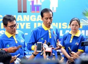 Presiden Jokowi menjawab wartawan soal adanya penolakan imunisasi MR, usai pencanangan Kampanye Imunisasi MR, di Sleman, Kelurahan Sinduharjo, Kec. Ngaglik, Kab. Sleman, Yogyakarta, Selasa (1/8) pagi. (Foto: Agung/Humas)