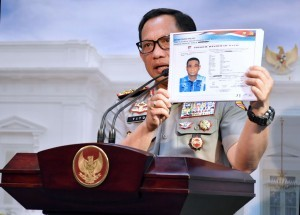 Chief of the Indonesian National Police General Tito Karnavian shows the sketch of the alleged assailant of KPK Investigator Novel Baswedan during a press conference at the Presidential Office, Jakarta, Monday (31/7). (Photo by: Presidential Secretariat)