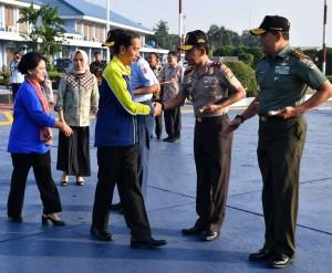 Presiden Jokowi didampingi Ibu Negara menjelang keberangkatan ke Sleman, DIY, dari Bandara Halim Perdanakusuma, Jakarta, Selasa (1/8) pagi. (Foto: Setpres)