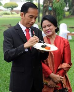 Presiden Jokowi dan Ibu Negara Iriana  meninjau acara babak final Lomba Masak Ikan Nusantara 2017, yang digelar di Halaman Tengah Istana Merdeka, Jakarta, Selasa, (15/8). (Foto: Humas/Rahmat)