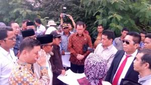 Pimpinan dan anggota Komisi II DPR bertemu warga dalam mediasi sengketa lahan Pelabuhan Bojonegara, di Serang, Banten, Senin (31/7) siang. (Foto: Dani K./Humas)
