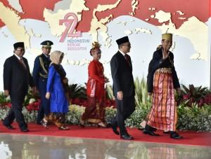 Presiden Jokowi yang mengenakan busana adat Bugis melambaikan tangan kepada juru foto saat akan memasuki Gedung Nusantara, MPR/DPD/DPR RI, Jakarta, Rabu (16/8) siang. (Foto: Rahmat/Humas)