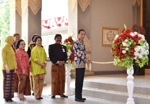 President Jokowi cuts the ribbon to mark the inauguration of the Keris Nusantara Museum, in Solo, Wednesday (9/8) afternoon. (Photo: Anggun/PR)