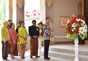 Presiden Jokowi menggunting pita sebagai tanda peresmian Museum Keris Nusantara, di Solo, Rabu (9/8) siang. (Foto: Aggun/Humas)