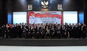 Waseskab didampingi Deputi DKK dan Deputi Polhukam berfoto bersama peserta Diklat Fungsional Penjenjangan Penerjemah di Aula Serbaguna, Gedung III, Kemensetneg, Jakarta, Selasa (29/8). (Foto: Humas/Rahmat)